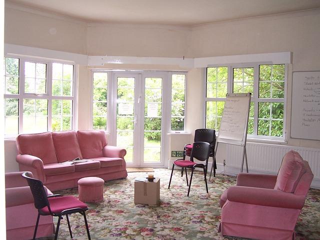 růžový pokoj, růžová sedačka a křesla