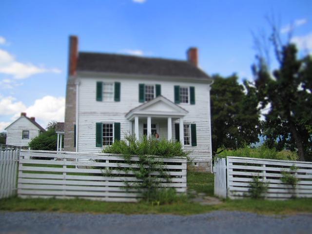 bílý plot, bílý dům, vysoký komín