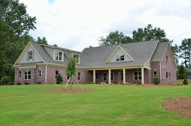 veliký nový dům, zelený trávník