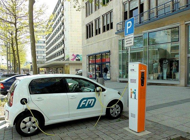 elektromobil a nabíjecí stanice