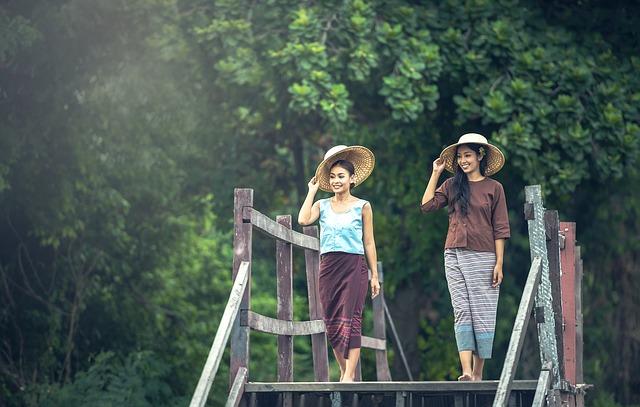 dvě ženy na procházce
