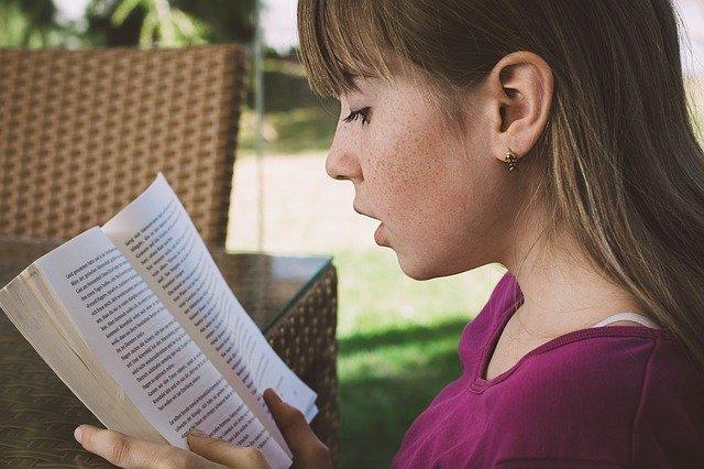 dívka při čtení