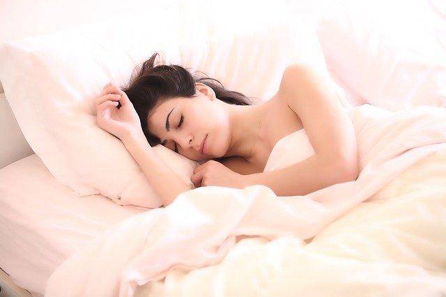 spící bruneta.jpg