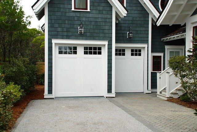Moderní řešení uzamykání garáže – sekční vrata