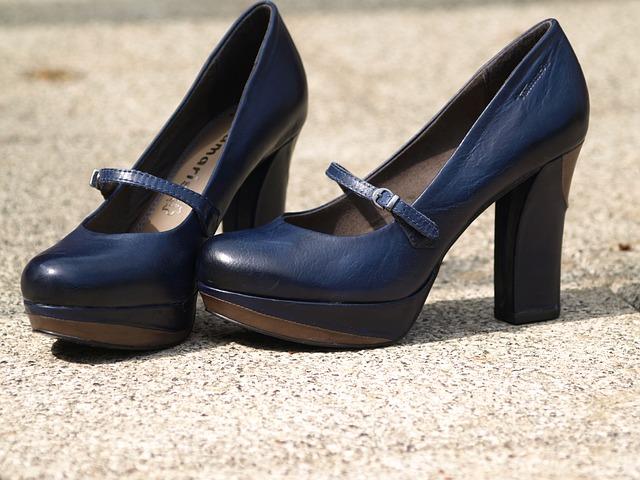 černé boty na vysokém podpatku
