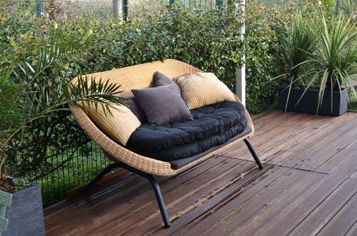 sedačka na zahradě